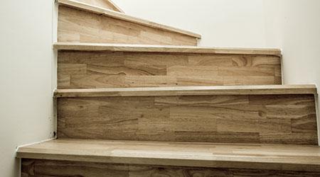 Onze schrijnwerker maakt en plaatst uw houten trap for Trap buiten hout